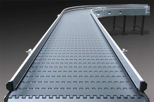 Individuelles Transportband oder Förderband mit 90 Grad Kurve und Seitenschutz
